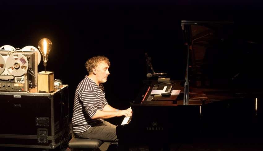 Yann Tiersen Rockomotives2017 Si il ne devait n'y avoir qu'une date à retenir des Rockomotives de #Vendome, et le public ne s'y est pas trompé (c'était complet), c'est ce mardi 24 au Grand Théatre du Minotaure, avec en Solo sur scène Yann Tiersen, le cartographe au piano d'Ouessant, ce compositeur qui touche simplement l'âme !